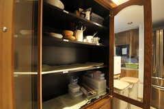 食器棚の様子。部屋ごとに使えるスペースが決まっています。(2011-09-22,共用部,KITCHEN,4F)