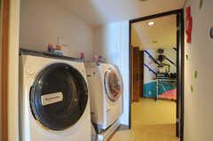 リビング脇の廊下に設置された洗濯機の様子。(2011-09-22,共用部,LAUNDRY,4F)