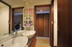 バスルーム側から見た洗面台の様子。(2011-09-22,共用部,OTHER,4F)