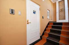シェアハウスの玄関ドアの様子。(2009-12-08,周辺環境,ENTRANCE,3F)