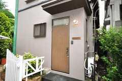 シェアハウスの正面玄関。照明に注目。(2009-07-17,周辺環境,ENTRANCE,1F)