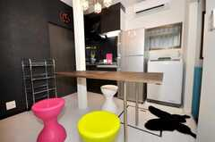 ラウンジの様子3。テーブルは延長できる設計。黒いマットが蝶の形をしている。(2009-07-17,共用部,LIVINGROOM,1F)