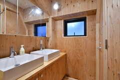 左手に洗面台、右手にシャワールーム、トイレがあります。(2019-12-19,共用部,WASHSTAND,2F)