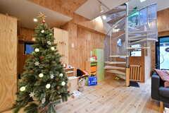 リビングには子供が遊べるおもちゃも用意されています。クリスマスツリーの後方が収納スペースです。(2019-12-19,共用部,LIVINGROOM,2F)