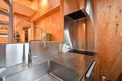 螺旋階段脇にはコンパクトなキッチンが設置されています。こどもは入られないスペースなので、長時間の煮物などはこちらが安心です。(2019-12-19,共用部,KITCHEN,2F)