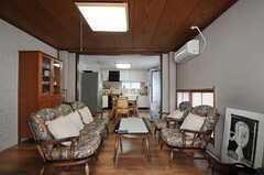 シェアハウスのリビングの様子。奥にダイニング・キッチンが見えます。(2011-09-27,共用部,LIVINGROOM,2F)