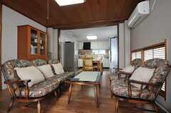 シェアハウスのリビングの様子4。改修前からあったソファとの事。(2011-09-27,共用部,LIVINGROOM,2F)