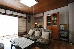 シェアハウスのリビングの様子5。掃き出し窓からはルーフバルコニーへ出られます。(2011-09-27,共用部,LIVINGROOM,2F)