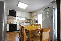 シェアハウスのダイニング・キッチンの様子。(2011-09-27,共用部,LIVINGROOM,2F)