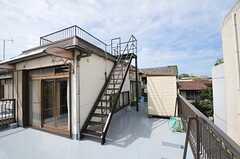 階段で屋上へ上がれます。(2011-09-27,共用部,OTHER,2F)