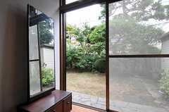 専有部の様子3。立派な庭がありますが残念ながら使用できません。眺めて楽しみましょう。(101号室)(2011-09-27,専有部,ROOM,1F)
