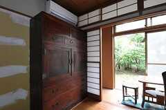 専有部の様子3。壁の一部(箪笥の脇)は好きな色に変更できます。(102号室)(2011-09-27,専有部,ROOM,1F)