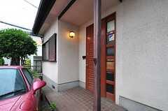 シェアハウスの正面玄関。(2013-05-30,共用部,OUTLOOK,1F)