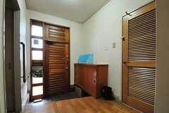 内部から見た玄関周辺の様子。右手のドアは101号室です。(2013-05-30,周辺環境,ENTRANCE,1F)