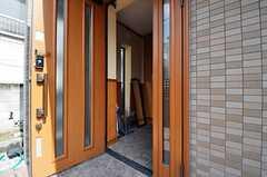 シェアハウスの正面玄関。(2011-03-08,周辺環境,ENTRANCE,1F)