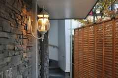エントランスの照明の様子。階段の先に玄関扉があります。(2012-12-07,共用部,OTHER,1F)