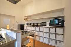 キッチン家電と各部屋ごとに使える食料品ボックス。(2015-08-20,共用部,KITCHEN,2F)