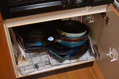 フライパンや鍋類はコンロの下に収納されています。(2020-09-03,共用部,KITCHEN,2F)
