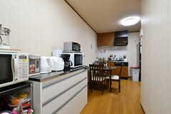 家電や共用の食器棚は、リビングの奥側に集まっています。(2020-09-03,共用部,KITCHEN,2F)