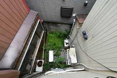 窓からは101号室専用の庭が見下ろせます。(202号室)(2020-09-03,専有部,ROOM,2F)