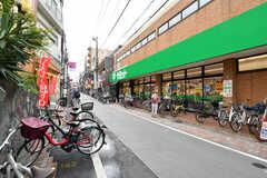 近くには25時まで営業しているスーパーがあります。(2020-09-03,共用部,ENVIRONMENT,1F)