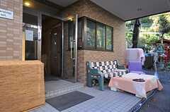 玄関の前には屋外ソファスペースが。(2012-11-27,周辺環境,ENTRANCE,1F)