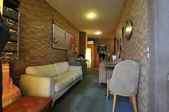 ラウンジの様子。マンションの廊下部分を利用したスペースです。(2012-11-27,共用部,LIVINGROOM,1F)