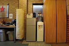暑い時期にはアイスコーヒーも楽しめるように冷蔵庫も設置されています。(2012-11-27,共用部,LIVINGROOM,1F)