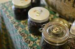 焙煎された豆は寝かせてから飲むのが決まり。ビンに日付が書かれています。(2012-11-27,共用部,LIVINGROOM,1F)