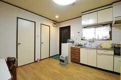 左のドアからバスルーム、トイレです。(2012-11-27,専有部,ROOM,2F)