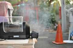 ローストマシンはかなりの煙を伴うので、屋内での使用は禁止なのだそう。(2012-12-28,共用部,OTHER,1F)