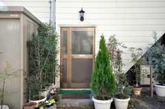 緑に囲まれたシェアハウスの正面玄関。(2009-01-13,周辺環境,ENTRANCE,1F)