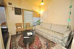 シェアハウスのラウンジの様子2。ゆったりソファ。(2009-01-13,共用部,LIVINGROOM,1F)