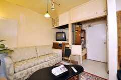 シェアハウスのラウンジの様子3。英字新聞が置いてある。(2009-01-13,共用部,LIVINGROOM,1F)