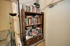 シェアハウスのラウンジの様子4。本棚にはビデオが並ぶ。(2009-01-13,共用部,OTHER,1F)