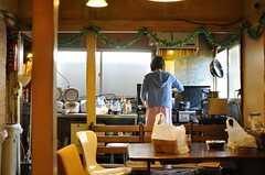 ソファに座ってキッチンを眺めた図。(2012-12-28,共用部,KITCHEN,1F)