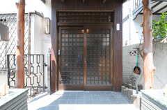 シェアハウスの正面玄関。扉は引き戸です。(2013-04-15,周辺環境,ENTRANCE,1F)