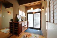 内部から見た玄関周りの様子。(2013-04-15,周辺環境,ENTRANCE,1F)
