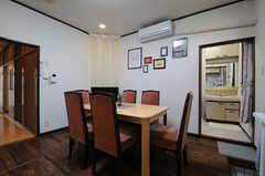 リビングはバスルームにつながっています。(2013-04-15,共用部,LIVINGROOM,1F)