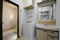 脱衣室の様子。洗濯機と洗面台が設置されています。(2013-04-15,共用部,BATH,1F)