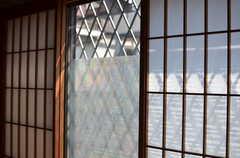 外はすぐ道路なので窓にフィルムが貼られています。(101号室)(2013-04-15,専有部,ROOM,1F)