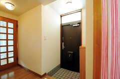 内部から見た玄関周りの様子。(2012-05-28,周辺環境,ENTRANCE,2F)