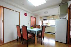 リビングの様子2。奥にキッチンがあります。(2012-05-28,共用部,LIVINGROOM,2F)