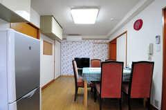 キッチン側から見たリビングの様子。壁紙が可愛らしい。(2012-05-28,共用部,LIVINGROOM,2F)