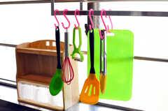 カラフルなキッチン用具は引っ掛けて保管します。(2012-05-28,共用部,KITCHEN,2F)