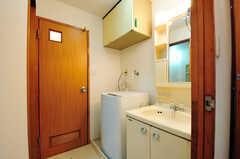 脱衣室には、洗面台と洗濯機が置かれています。洗濯機の対面がバスルームで、隣のドアはトイレです。(2012-05-28,共用部,OTHER,2F)