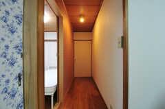 廊下の様子。左手前の花柄の引き戸が203号室、隣が204号室です。(2012-05-28,専有部,ROOM,2F)