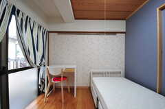 専有部の様子。左の掃き出し窓からベランダに出られます。(204号室)(2012-05-28,専有部,ROOM,2F)
