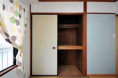 収納の様子。ポールハンガー付きです。(205号室)(2012-05-28,専有部,ROOM,2F)