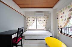 専有部の様子。ベッド奥の窓からベランダへ出られます。(205号室)(2012-05-28,専有部,ROOM,2F)